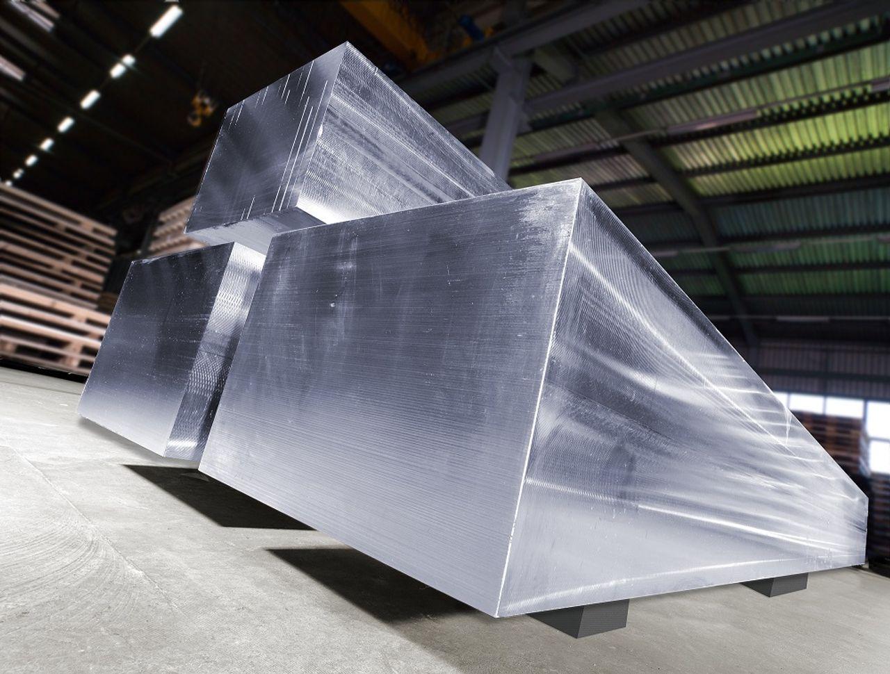 Ausgangsmaterial für CUBEINOX- und CUBESTEEL-Zuschnitte bilden vorgefräste Schmiedeblöcke in Abmessung 500 x 500 x 3000 mm
